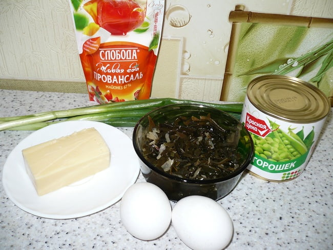 Морская капуста, яйца, зелёный горошек, сыр и зелень