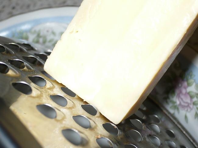 Твердый сыр и терка