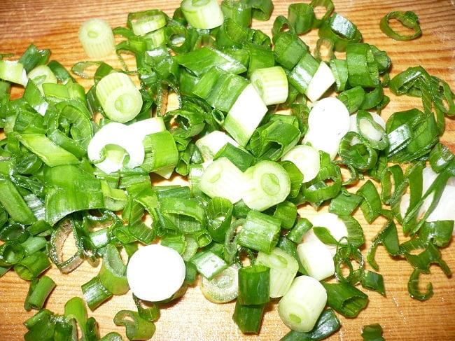 Мелко нарезанный зелёный лук