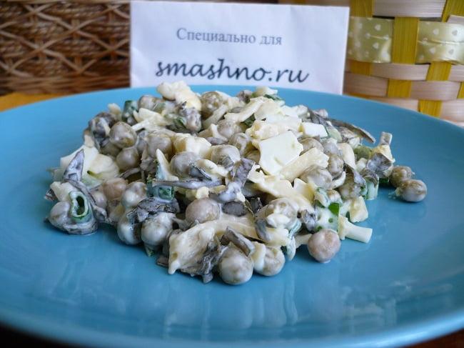 Салат с морской капустой, зеленым горошком и сыром