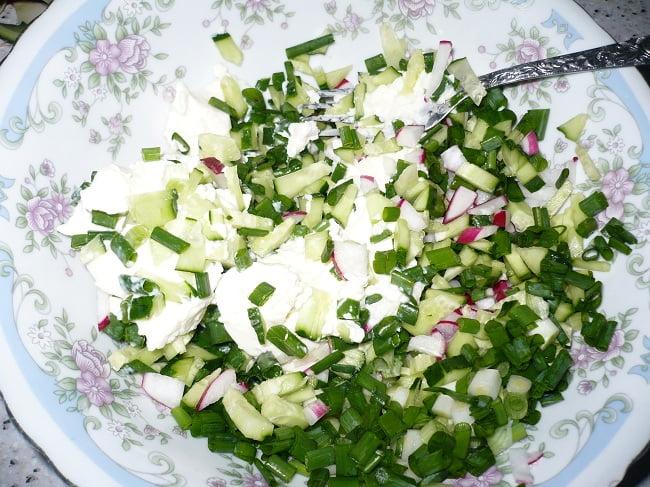 Смешать овощи с творожным сыром