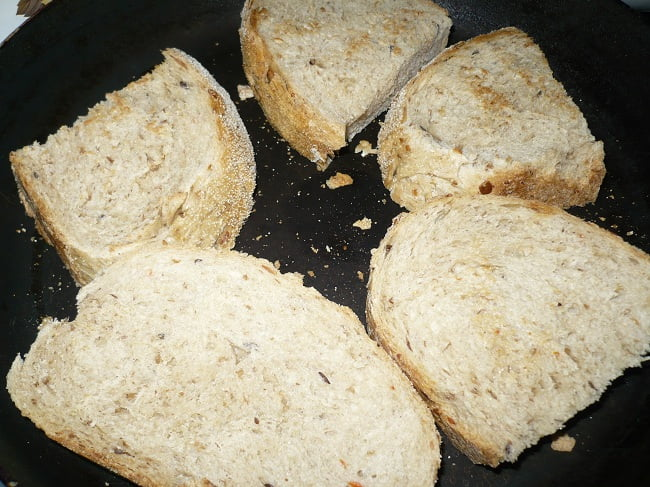 Хлеб нарезать, подсушить на сковороде