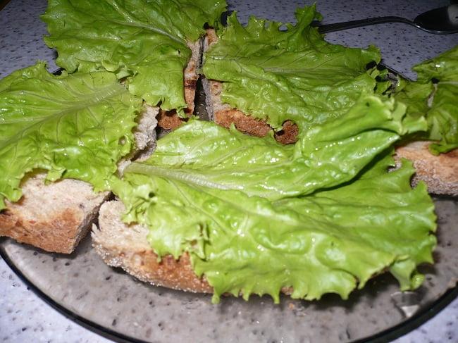 Положить на каждый кусочек листья салата
