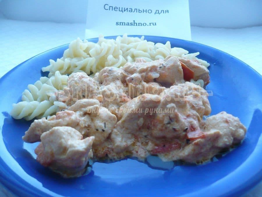Курица со сметаной и помидорами