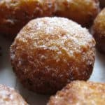 Творожные пончики, обсыпанные сахарной пудрой