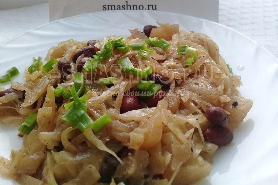 Тушёная капуста с яблоками и фасолью