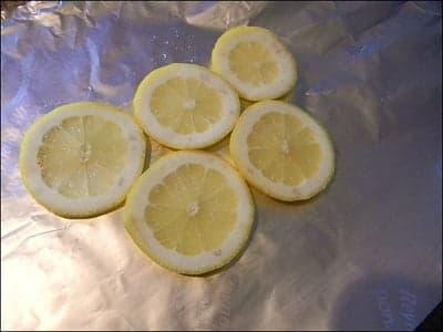 Кружочки лимона на фольге