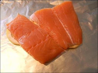 Филе лосося на фольге с лимонами