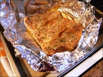 Готовое филе лосося, запеченного в фольге