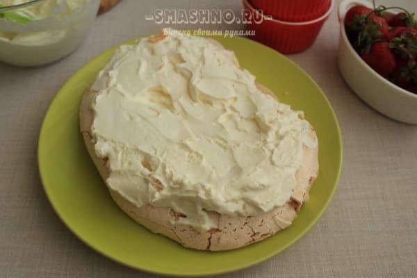 Меренга со сливочным кремом на тарелке
