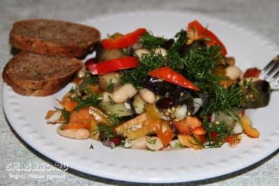 Салат с баклажанами и консервированной фасолью