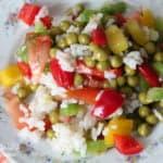 Салат из риса, перца и зеленого горошка