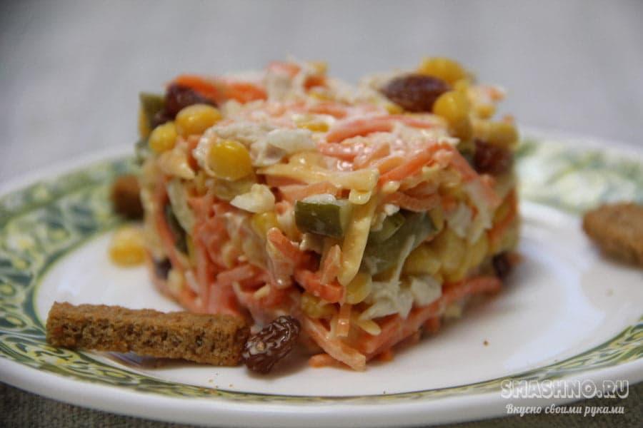Салат с курицей, корейской морковкой и солеными огурцами