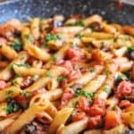 Макароны в соусе из маслин, каперсов и томатов