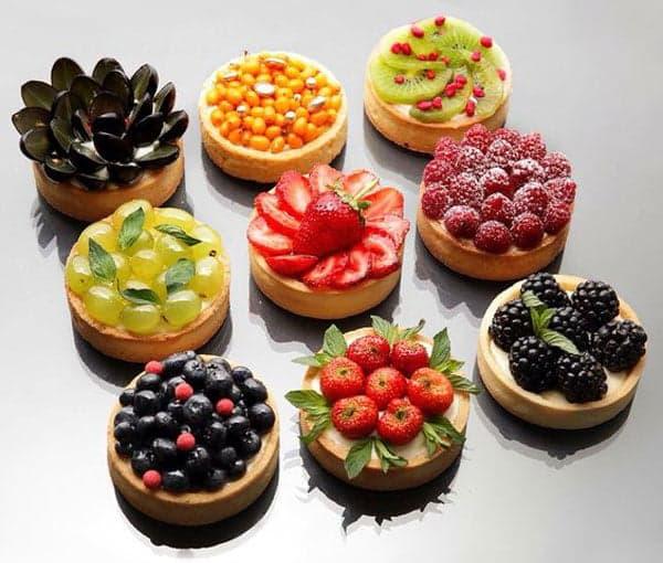 Свежие фрукты на печенье
