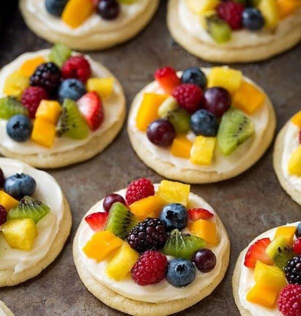 Свежие фрукты и ягоды на печенье