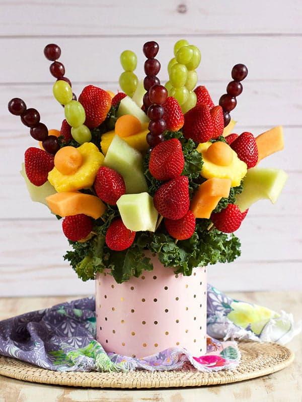 Яркие фрукты на шпажках в жестяной банке