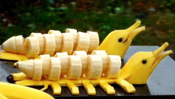 Дельфины из бананов
