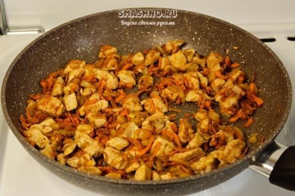 Обжарка куриного филе с луком и морковью