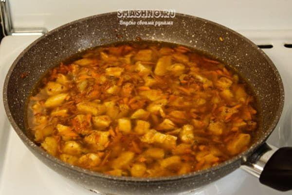 Обжаренное куриное филе с овощами в бульоне