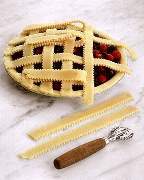 Оформление дрожжевого пирога полосками из теста