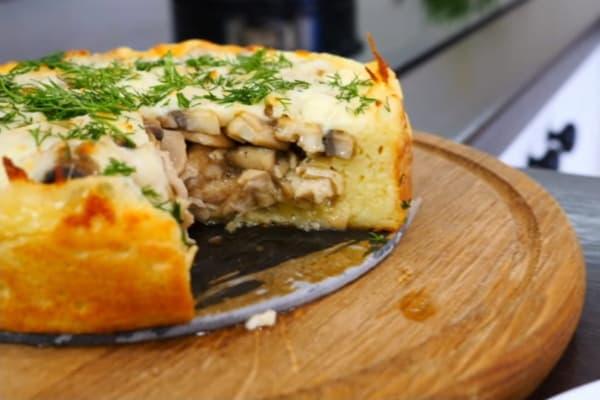 Пирог из картофельного пюре с грибами и куриным филе