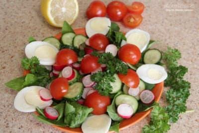 Овощной салат со шпинатом и яйцом
