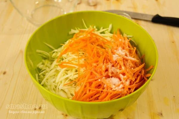 Нарезанные кабачки и морковь в салатнике