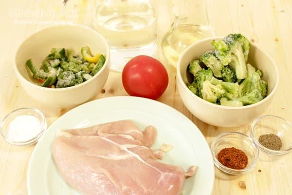 Куриное филе, брокколи, перец болгарский, помидор, приправы