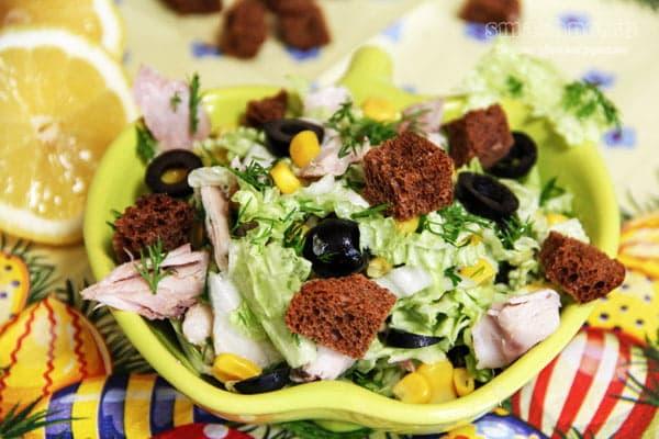 Салат из курицы с кукурузой и маслинами