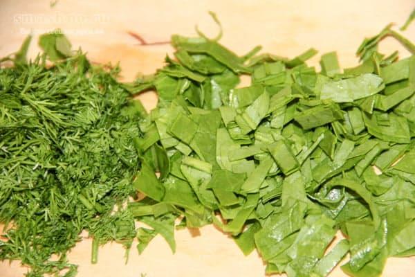 Нарезанный шпинат и укроп