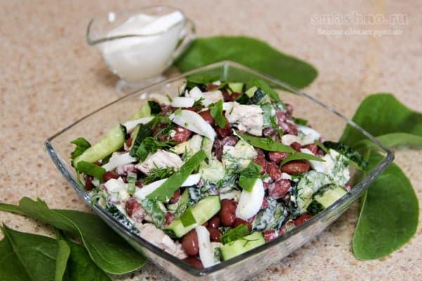 Салат из отварной курицы с консервированной фасолью и шпинатом