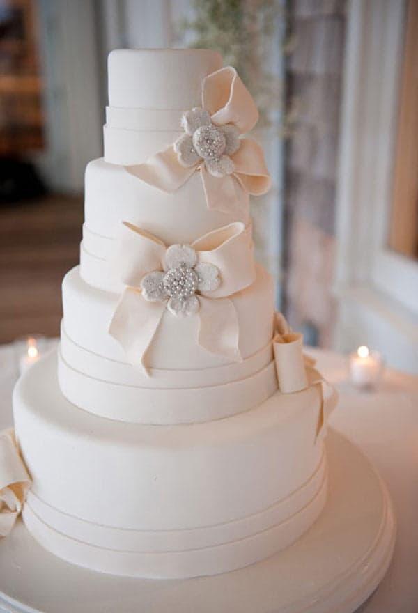 Свадебный торт в нежных тонах с бантами