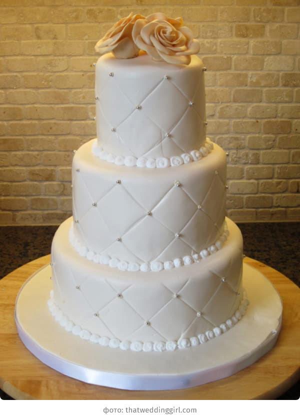 Трёхъярусный свадебный торт белого цвета с бусинами