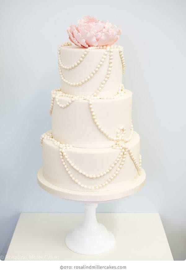 Трехъярусный свадебный торт в нежных тонах с бусинами
