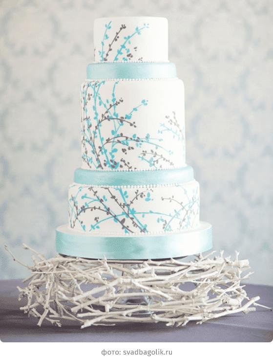 Белый свадебный торт с нежной росписью в голубых тонах