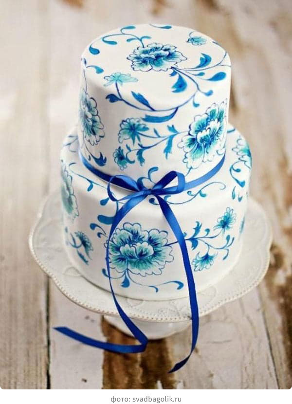 Двухъярусный свадебный торт белого цвета с синей росписью