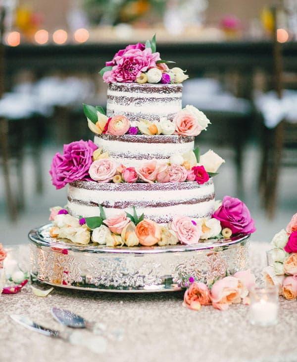 Многоярусный торт с открытыми коржами и цветами