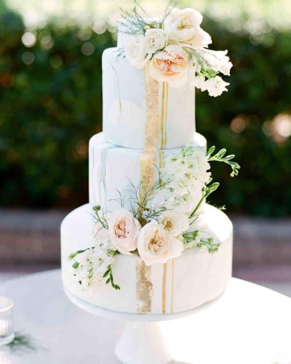 Нежный свадебный торт с цветами