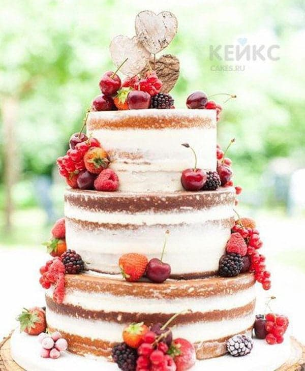 Свадебный торт с открытыми коржами и ягодами