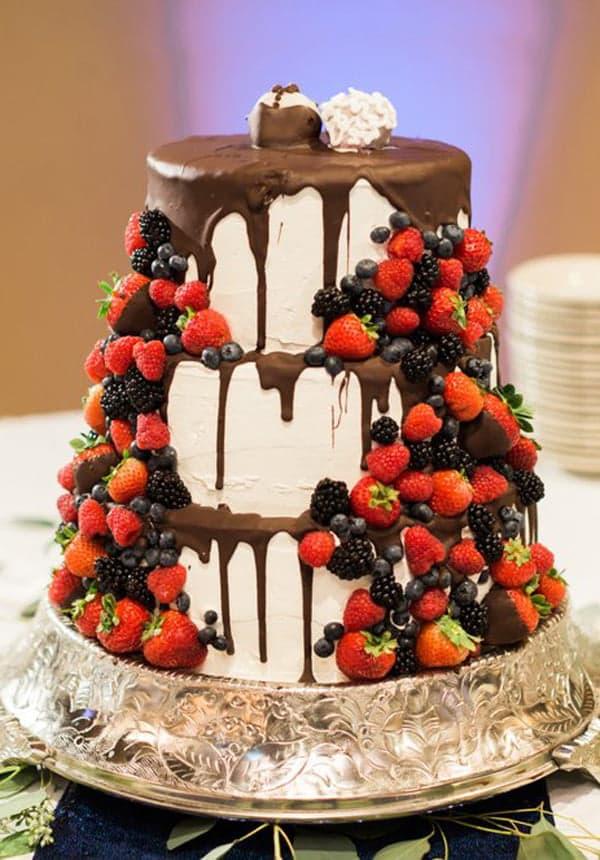 Свадебный торт с шоколадом и ягодами