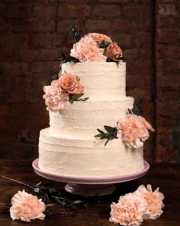 Свадебный торт с кремом и цветами