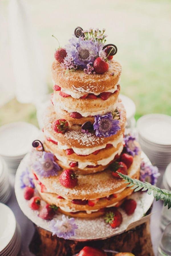 Высокий свадебный торт с открытыми коржами и ягодами