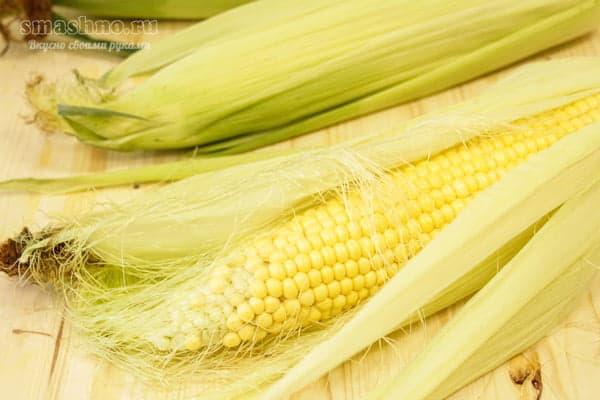 Кукурузный початок в листьях