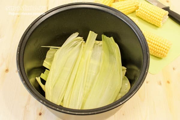 Кукурузные листья в чаше мультиварки