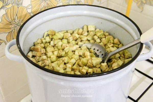 Нарезанные баклажаны в кастрюле с водой