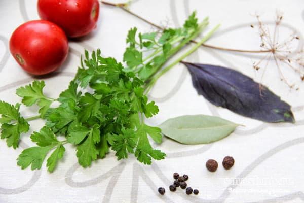 Помидоры, петрушка, базилик, перец горошком