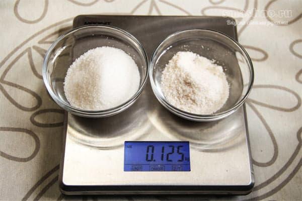 Сахар и соль на весах