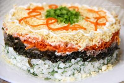 Слоеный салат с консервированной сайрой и морской капустой