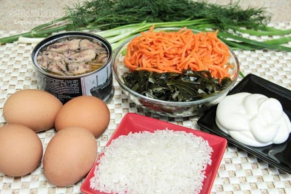 Консервированная сайра, рис, яйца, морская капуста, корейская морковь, зелень, майонез